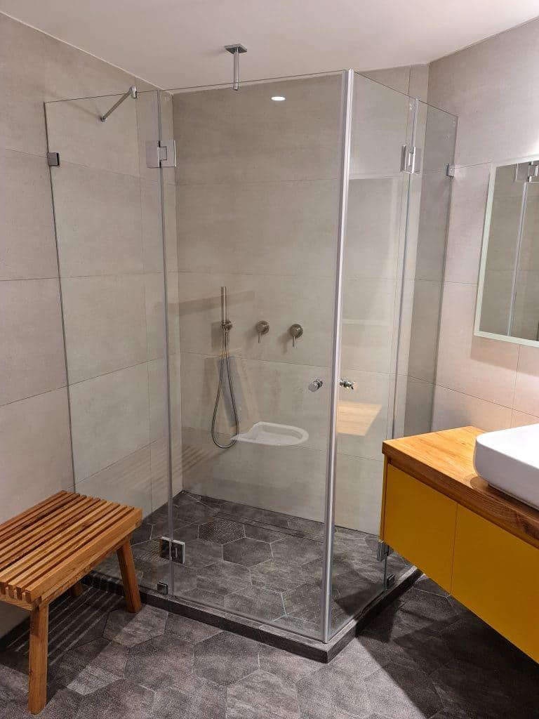 מקלחון מזכוכית שקופה